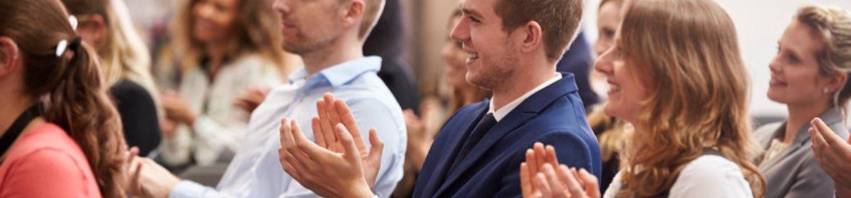 imagen de gente en un evento